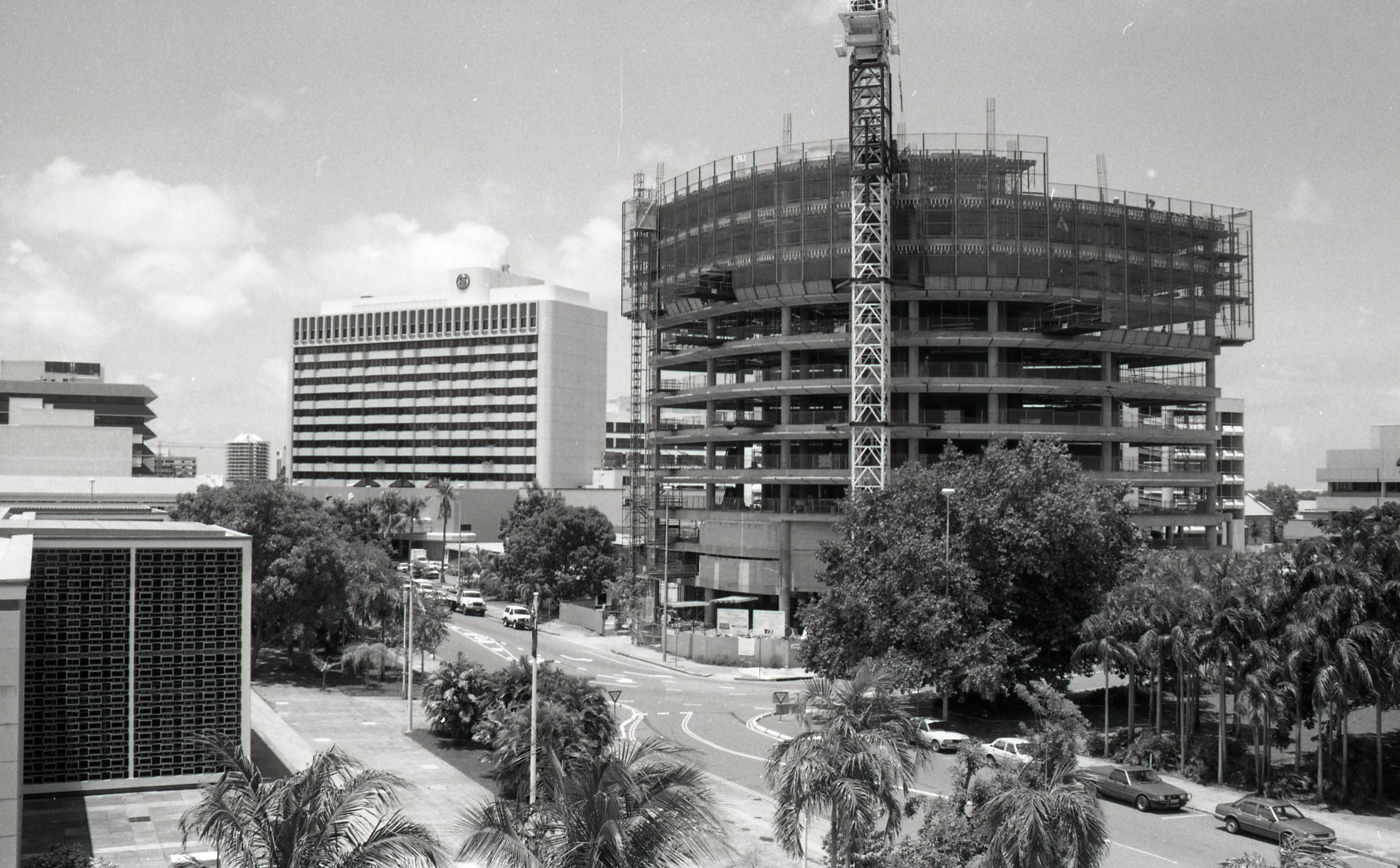 Building construction, corner of Mitchell and Bennett Streets Darwin, 4 January 1989<br />Image courtesy of Library & Archives NT,  Department of the Chief Minister, NTRS 3823 P1, Box 11, BW2784, Image 19